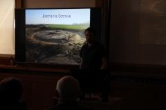 Z mohylového hrobu v Blatnej na Ostrove zostala po storočiach poľnohospodárskej činnosti len obvodová priekopa.