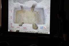 Hrobové jamy po vybraní kostry ukázali, že niektoré hroby mali aj zložitejšiu konštrukciu (zachovali sa z nej jamy po koloch v stenách).