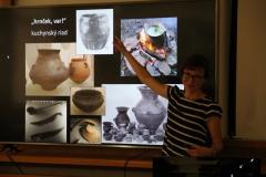 Nádoby, v ktorých sa kedysi varilo najviac, nikto v múzeách nefotí, lebo boli úplne obyčajné a na pohľad nezaujímavé (preto je v prezentácii len nekvalitná čiernobiela fotka zo staršej publikácie).