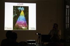 """LiDAR alias letecké laserové skenovanie je pomerne novou metódou, s pomocou ktorej naše poznatky napredujú míľovými krokmi. Následné spracovanie """"mračna bodov"""" vie odfiltrovať stromy a výsledný obraz zachytáva len zemský povrch s pozostatkami ľudských stavieb a podobne."""